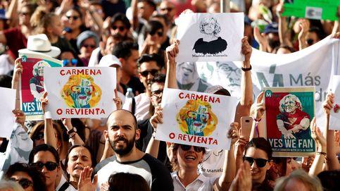 Simpatizantes de Carmena se manifiestan ante el Ayuntamiento por su continuidad