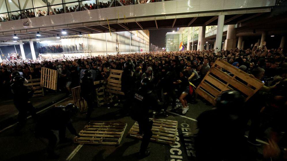 Foto: Cargas contra los manifestantes que levantaban barricadas en El Prat. (Reuters)
