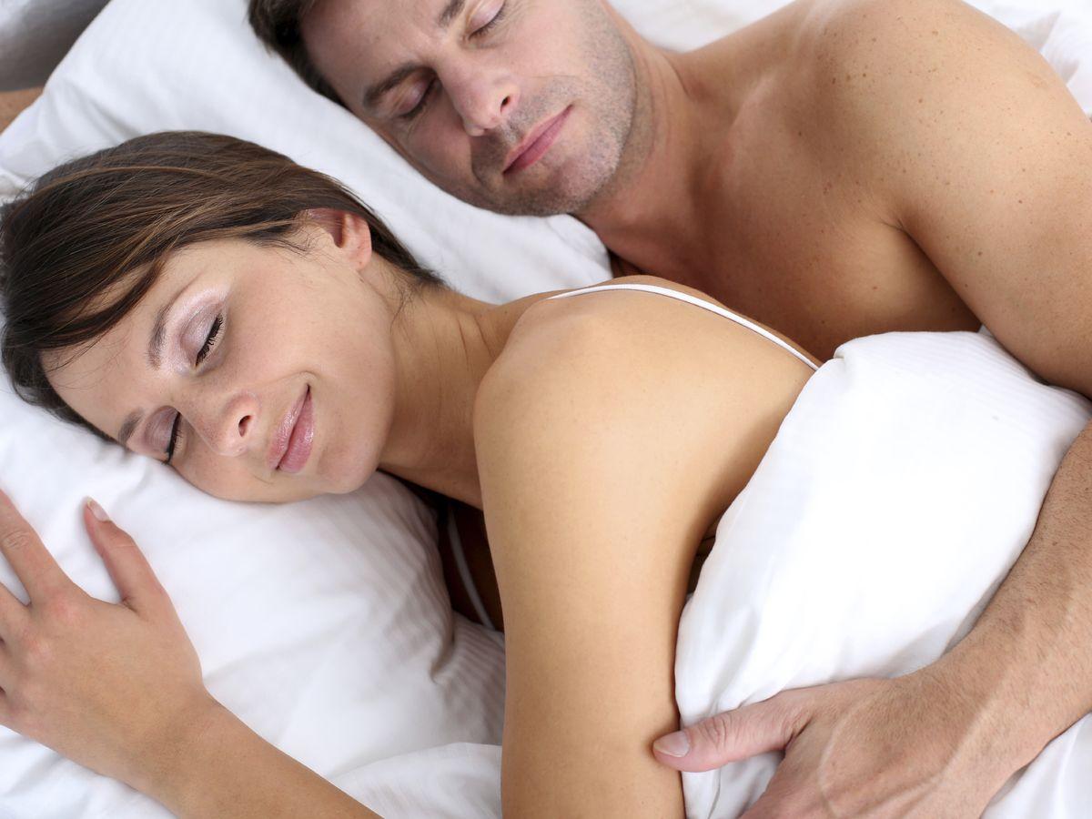 Foto: Dormir desnudo en pareja aumenta la segregación de oxitocina. (iStock)