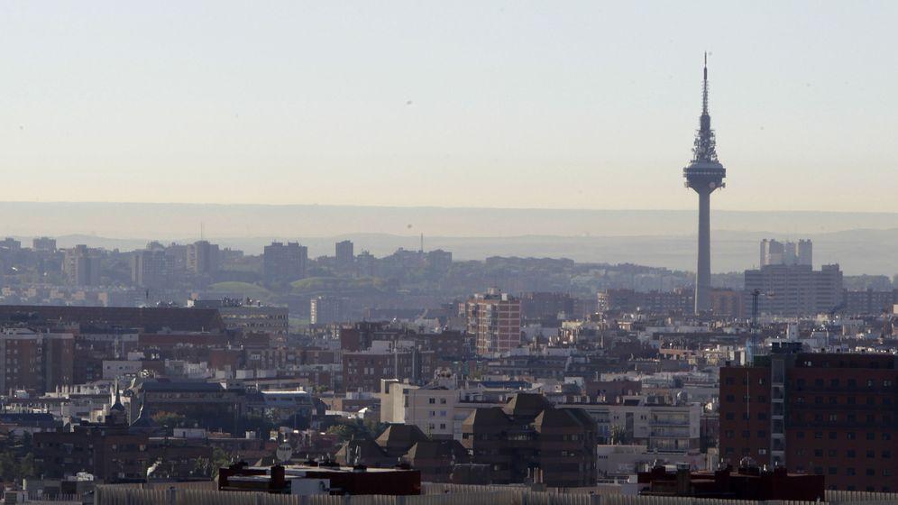 Foto: Vista del cielo de Madrid con el Pirulí (torre de comunicaciones de Torrespaña), en octubre de 2016. (EFE)