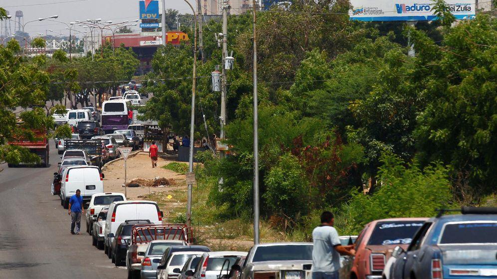 Foto: Fila de vehículos para respostar en Venezuela. (Reuters)