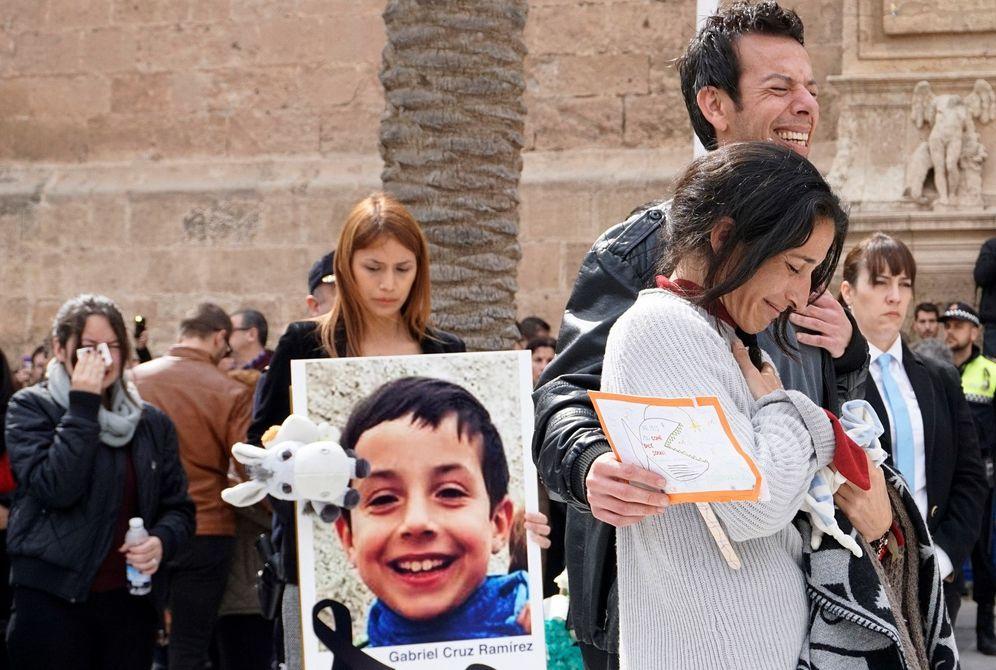 Foto: Los padres de Gabriel Cruz acompañan el féretro a la salida de la Catedral de Almería. (EFE)