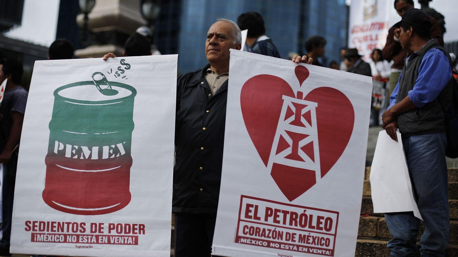 Foto: Simpatizantes de Andrés Manuel Lopez Obrador con carteles de protesta contra la reforma energética del presidente Peña Nieto, en 2013. (Reuters)