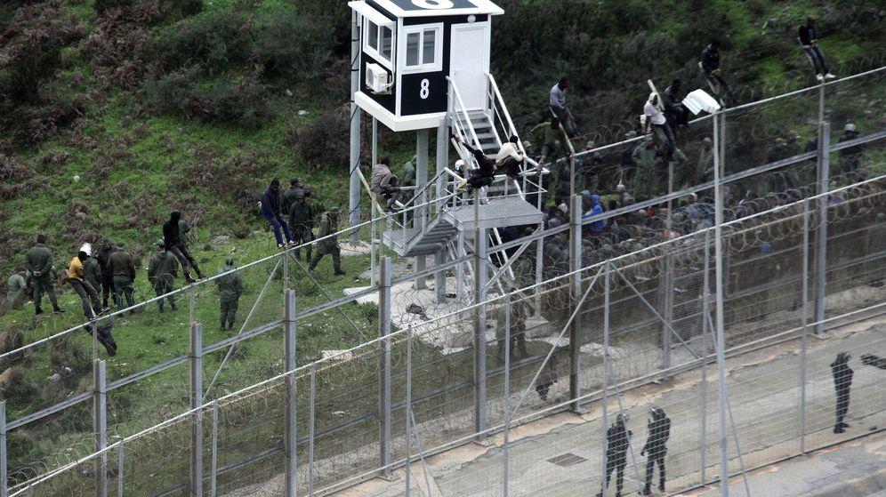 Foto: Imagen de archivo de uno de los intentos de saltar la valla de Ceuta en el último año. (