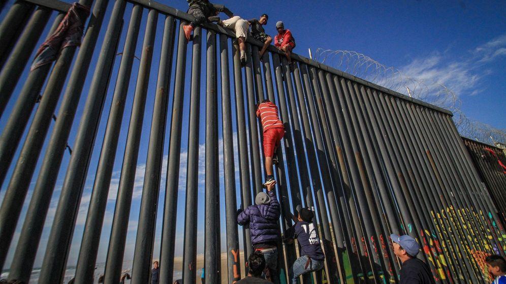 Foto: Decenas de migrantes intentan entrar ilegalmente a Estados Unidos desde la zona de Playas Tijuana, en el estado mexicano de Baja California (México). (EFE)