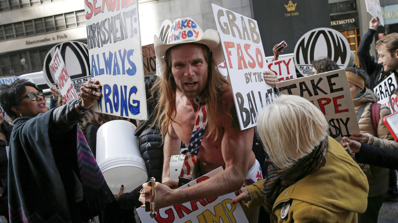 Un grupo de opositores al presidente Trump rodea a Robert Burck, simpatizantes del presidente, durante una protesta en Nueva York. (Reuters)