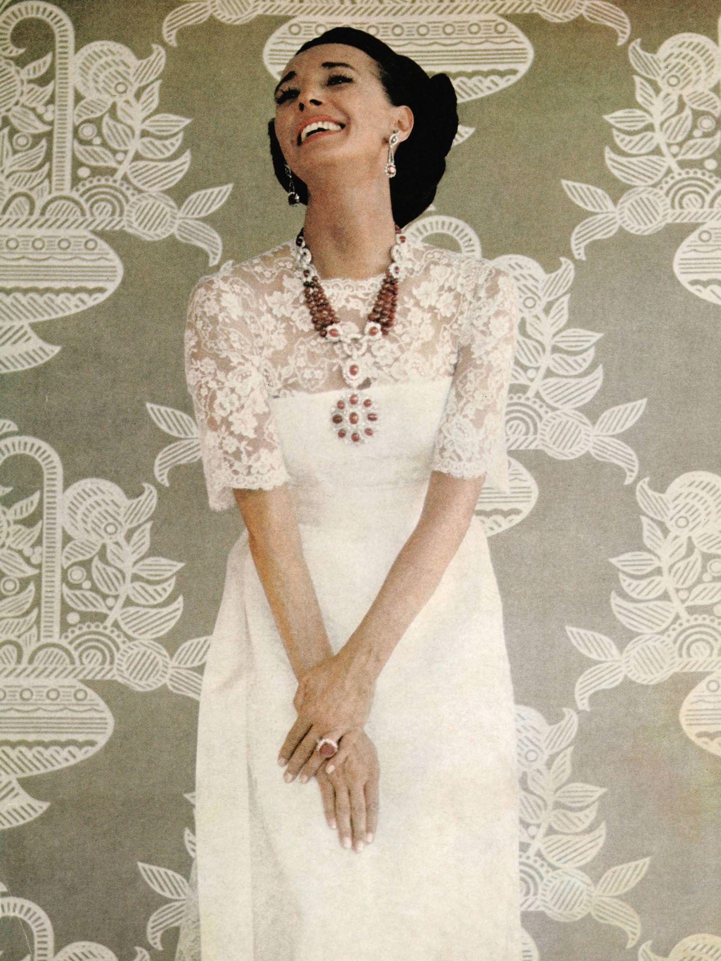La condesa de Romanones posando con sus joyas en una imagen de los años 70.