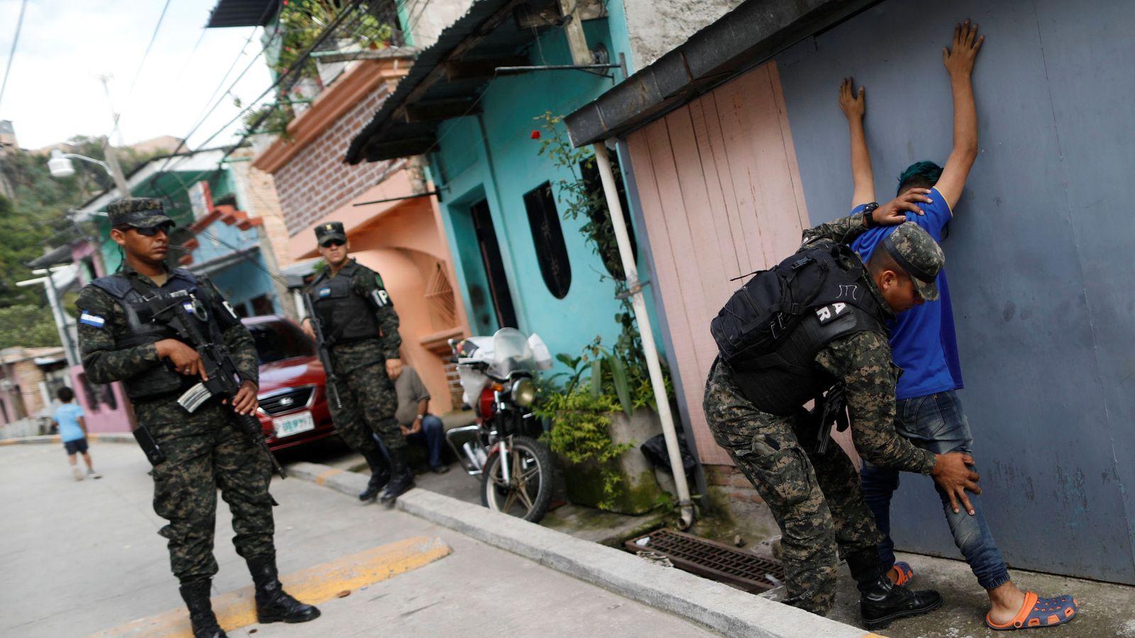 Foto: Un soldado cachea a un civil en una calle de Tegucigalpa (Honduras). (Reuters)