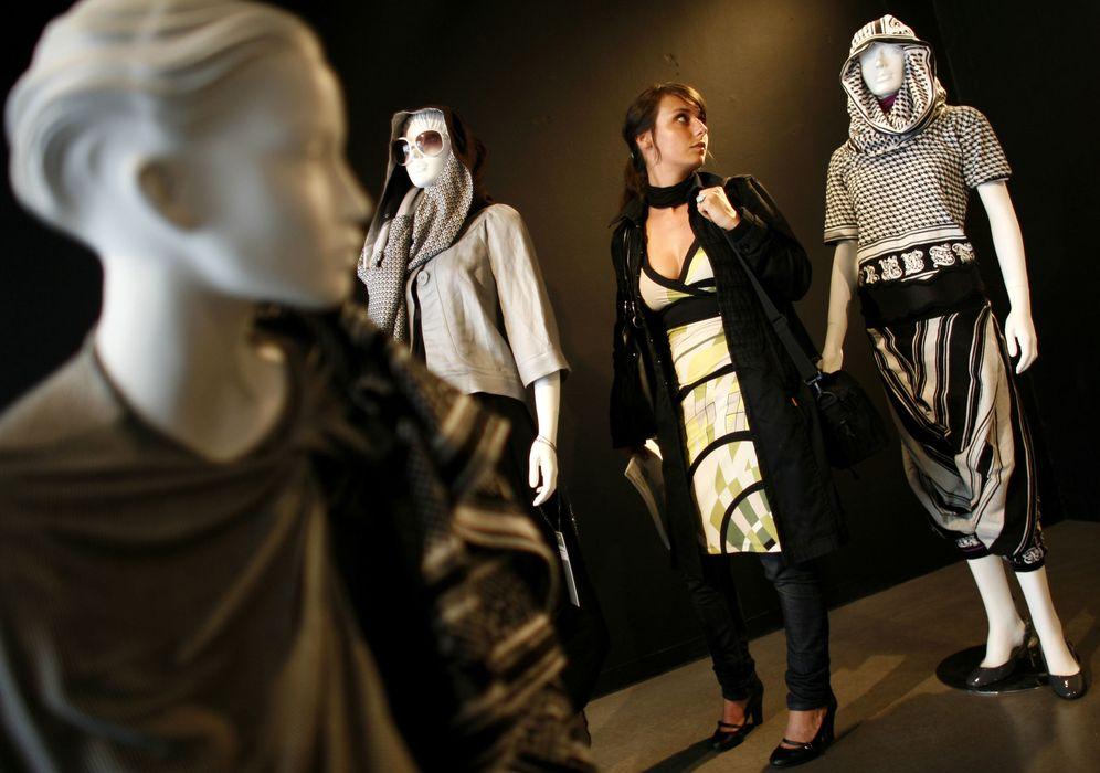 Foto: Una estudiante holandesa visita una muestra de moda islámica en Rotterdam. (Reuters)