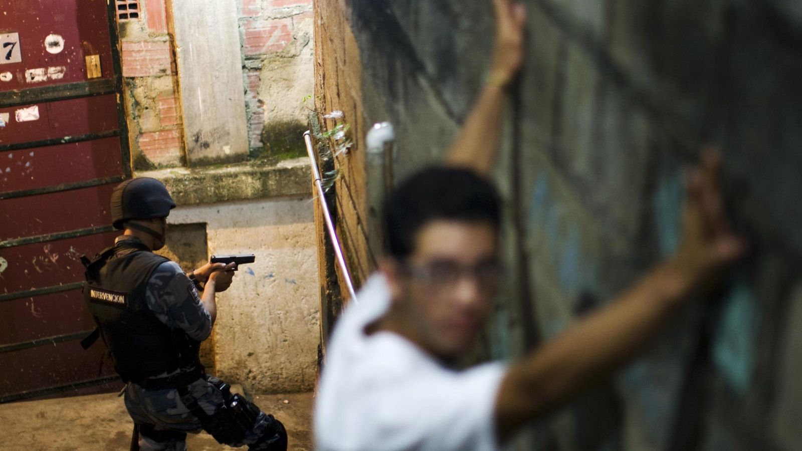 Foto: Un hombre durante un cacheo en una operación policial en la barriada de Petare, la más peligrosa de Caracas (Reuters).