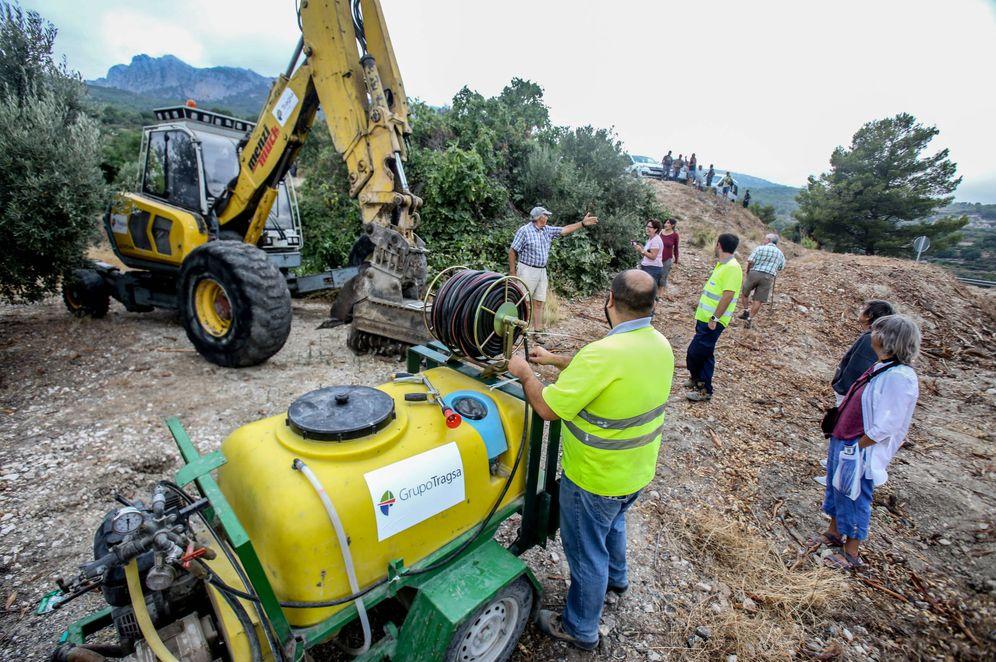 Foto: Alcaldes y agricultores de Guadalest paralizan la tala de almendros. (David Revenga)