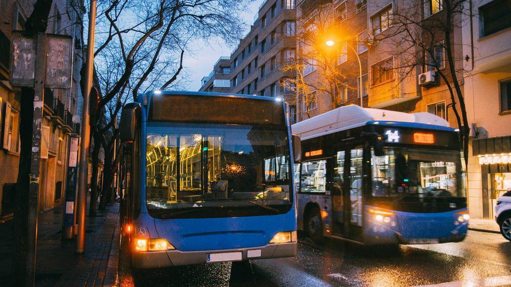 Foto: Del extrarradio al centro y vuelta a la periferia: el bus como ataúd móvil que une mundos opuestos. (iStock)