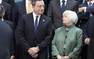 El diferente calendario de los bancos centrales deja ya su huella en el euro