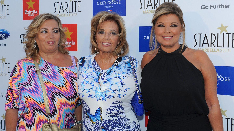 María Teresa Campos con sus hijas este verano (Gtres)