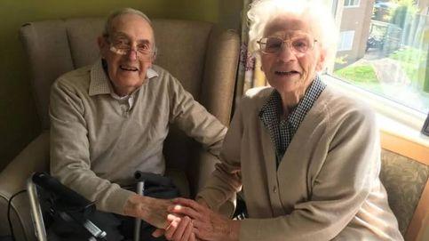 El emotivo reencuentro de unos ancianos: logran abrazarse tras pasar meses separados