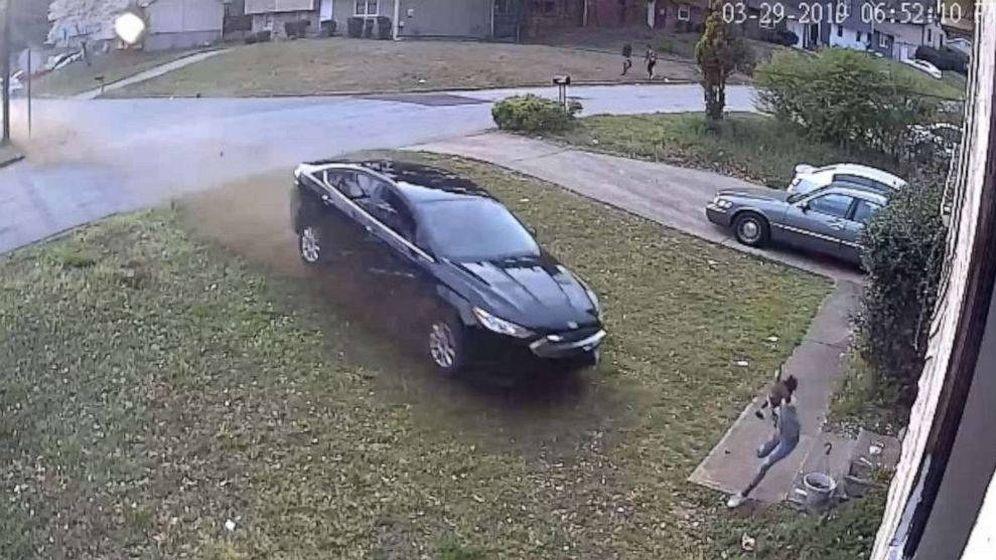Foto: El vehículo perdió el control e impactó contra la niña (Foto: YouTube)