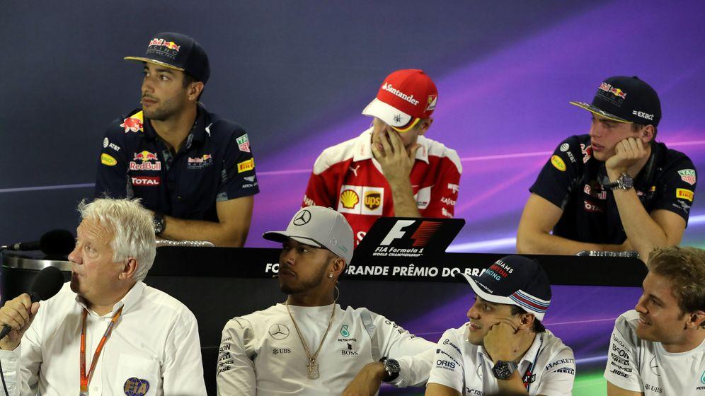 Foto: Charlie Whiting rodeado de los pilotos este jueves en Brasil.