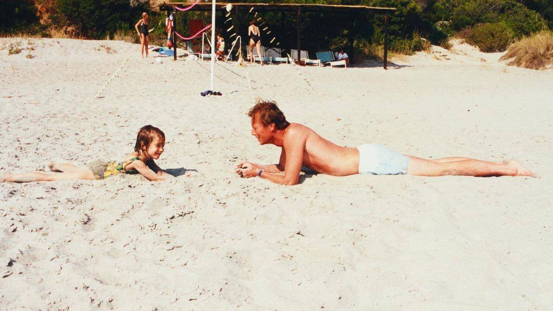 Alexandra y su padre, en una imagen del álbum familiar. (Corte Ducal)