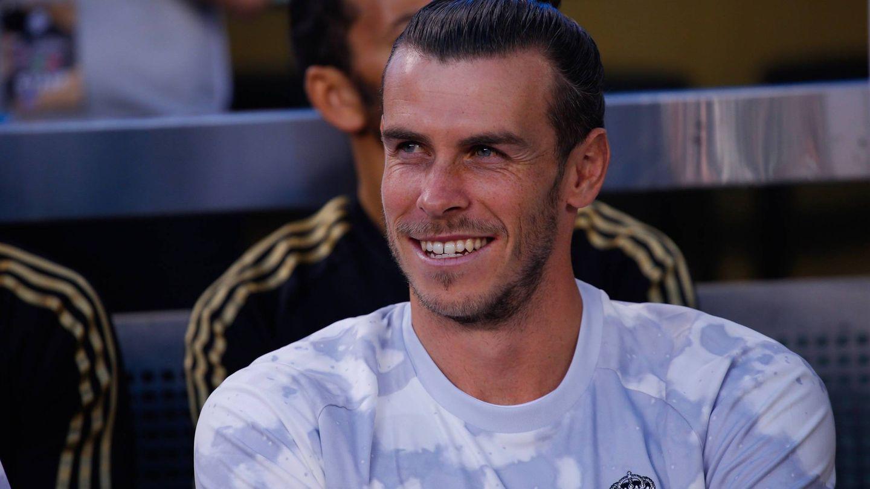Bale, sonriente en el banquillo, durante la goleada del Atlético al Real Madrid en Nueva Jersey. (EFE)
