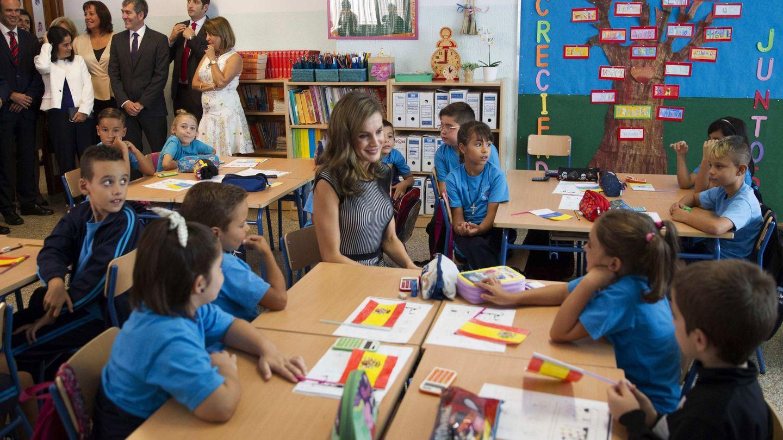 La reina Letizia visita un colegio de la localidad canaria de La Laguna. (Efe/Cristóbal García)
