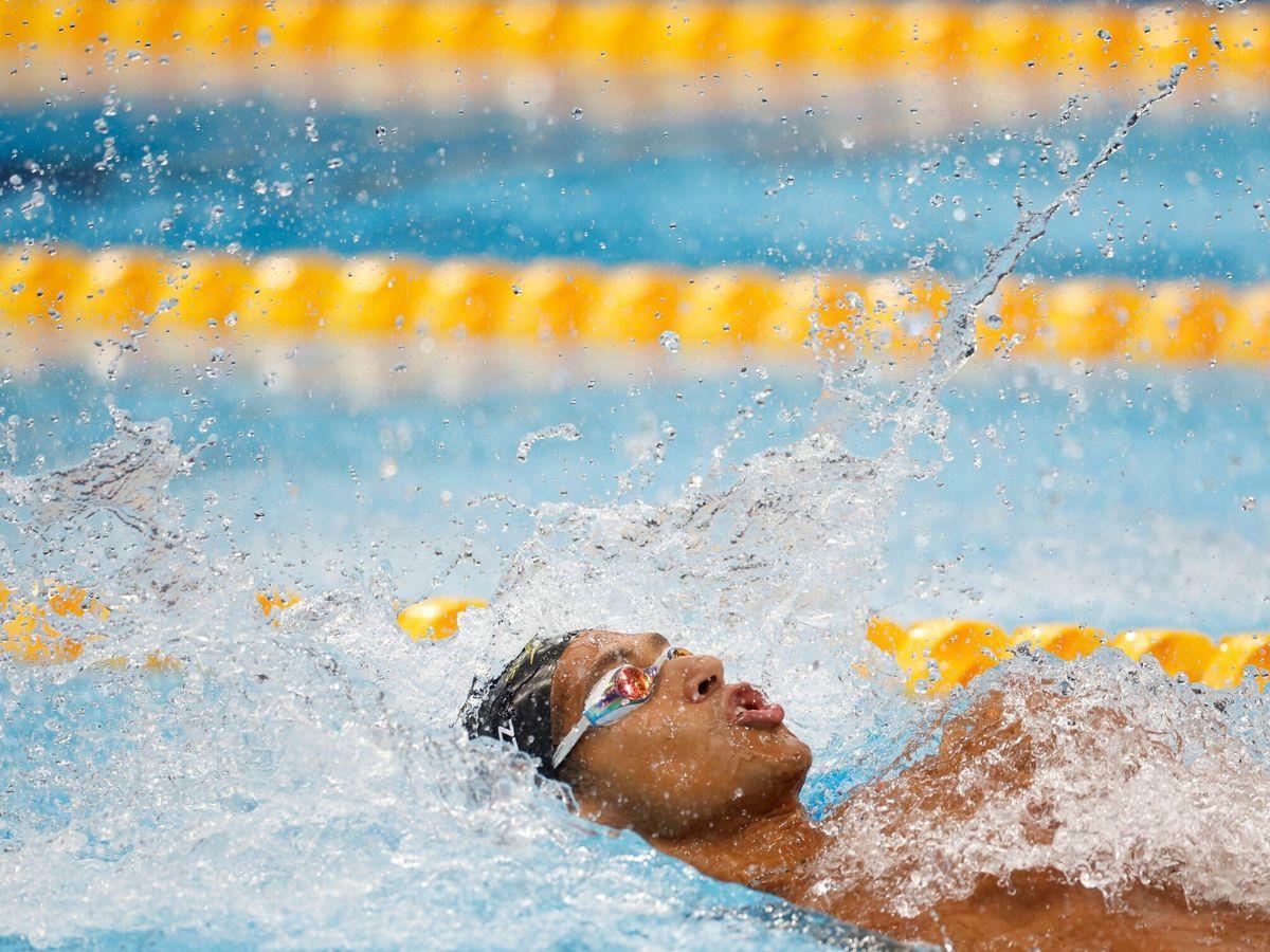 Foto: Hugo González, durante la prueba de 100 metros espalda. (EFE)