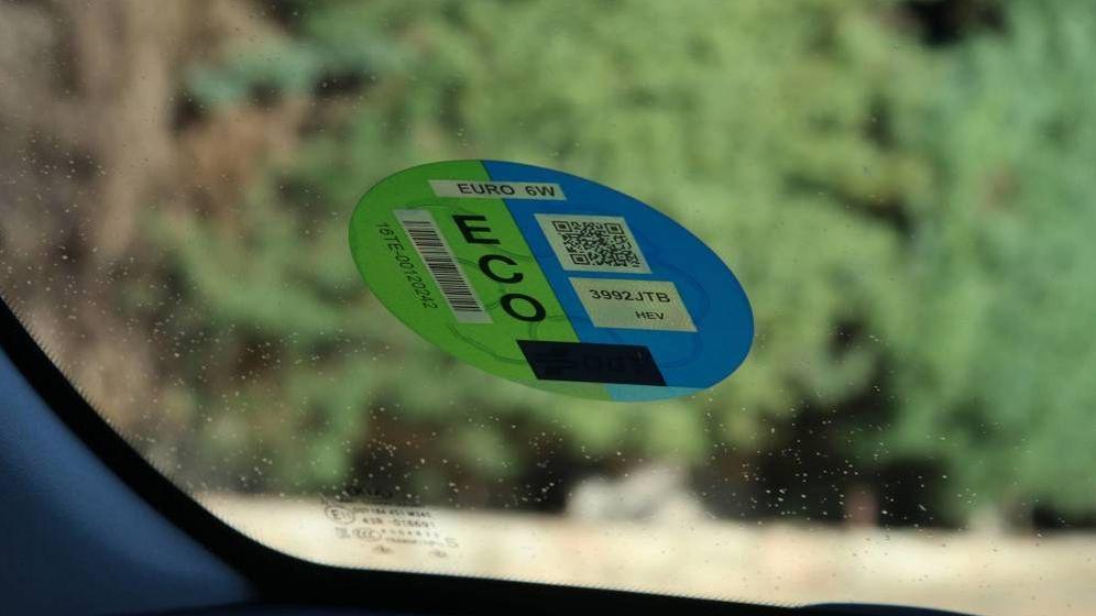 Foto: La OCU avisa: algunos vehículos cero o eco contaminan más que un gasolina. (EFE)