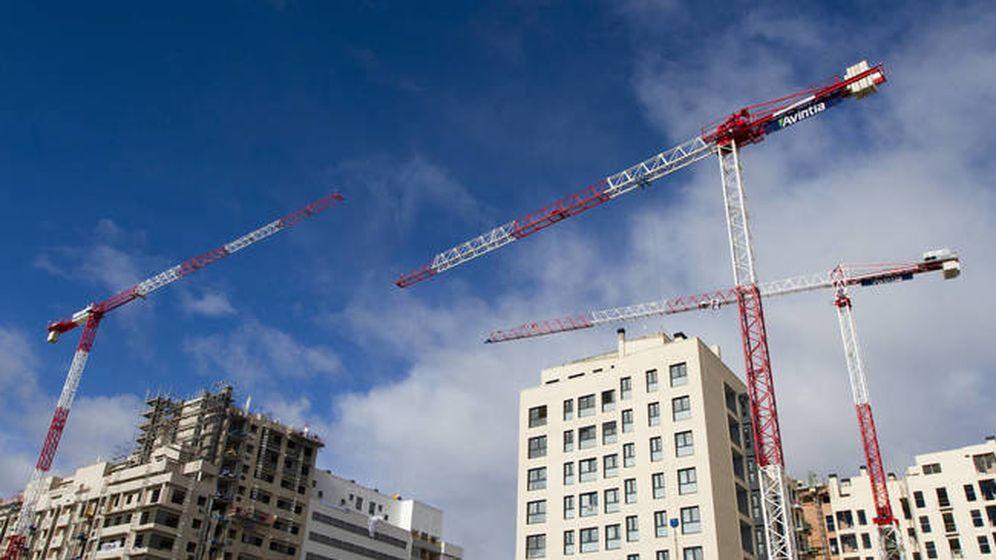Foto: Grúas trabajando en varios edificios de Madrid. (Reuters)