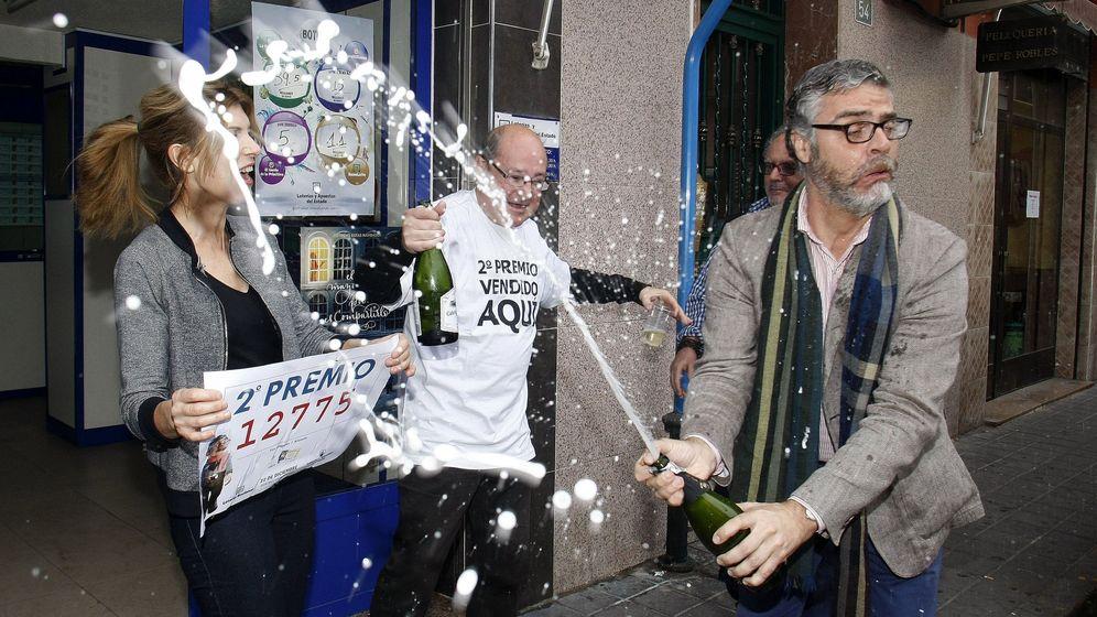 Foto: Alegría en la Administración 26 del barrio de los Ángeles, En Alicantem que ha vendido una serie del segundo premio que ha recaído en el 12.775. (Efe)