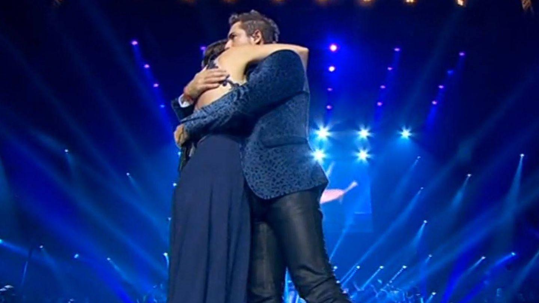 Chenoa y David Bisbal se abrazan al terminar la canción. (RTVE)