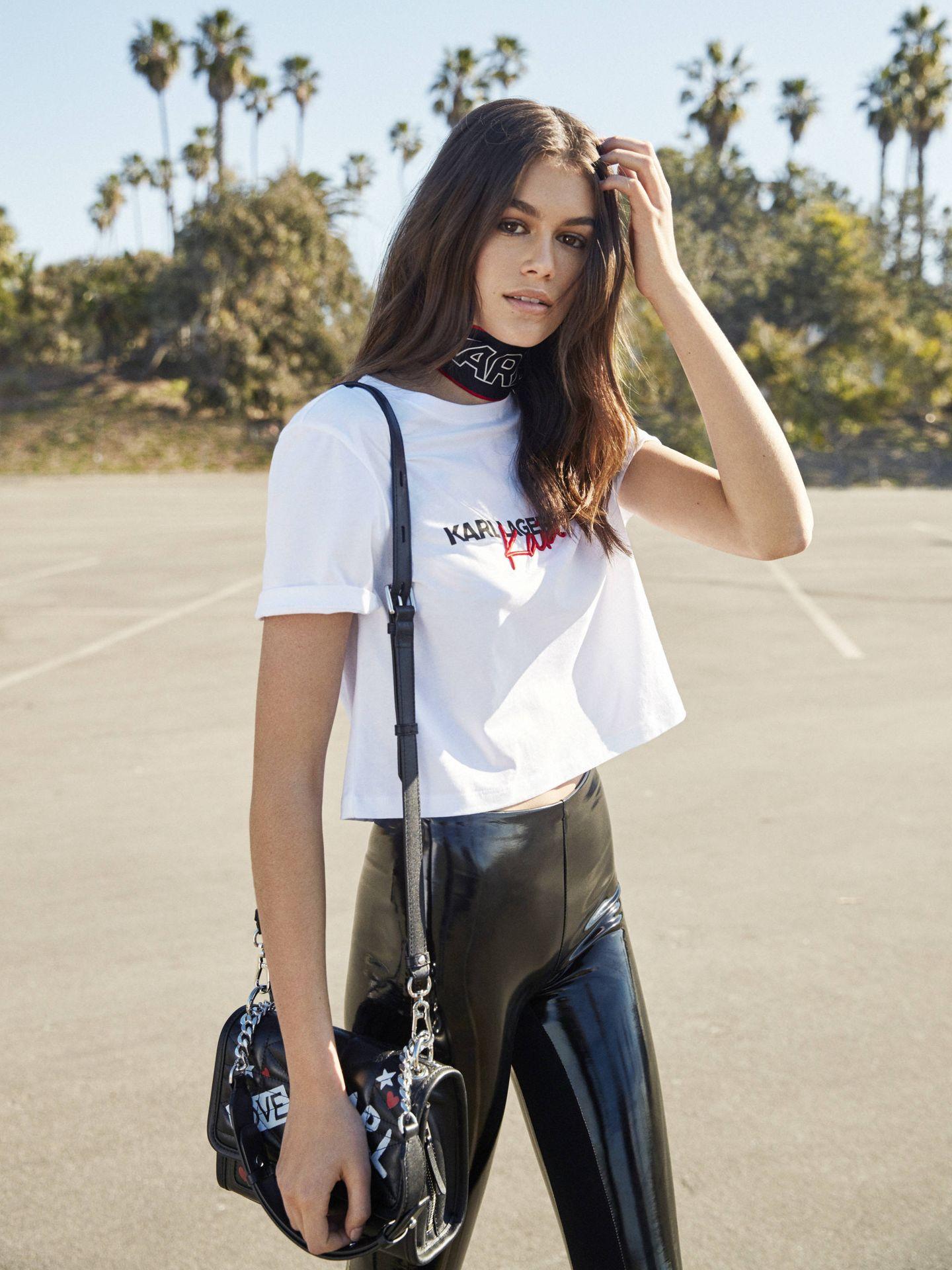 Menos es más. El look de Kaia Gerber con camiseta blanca y pantalón de cuero para Karl Lagerfeld. (Imagen: Bryant Eslava/Cortesía)