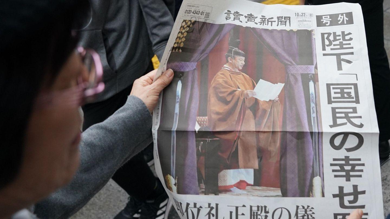 El emperador, en la portada de los periódicos. (Reuters)