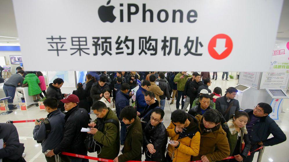 Foto: Colas para comprar un iPhone 6 el año pasado en la ciudad de Wuhan, China. (Reuters)