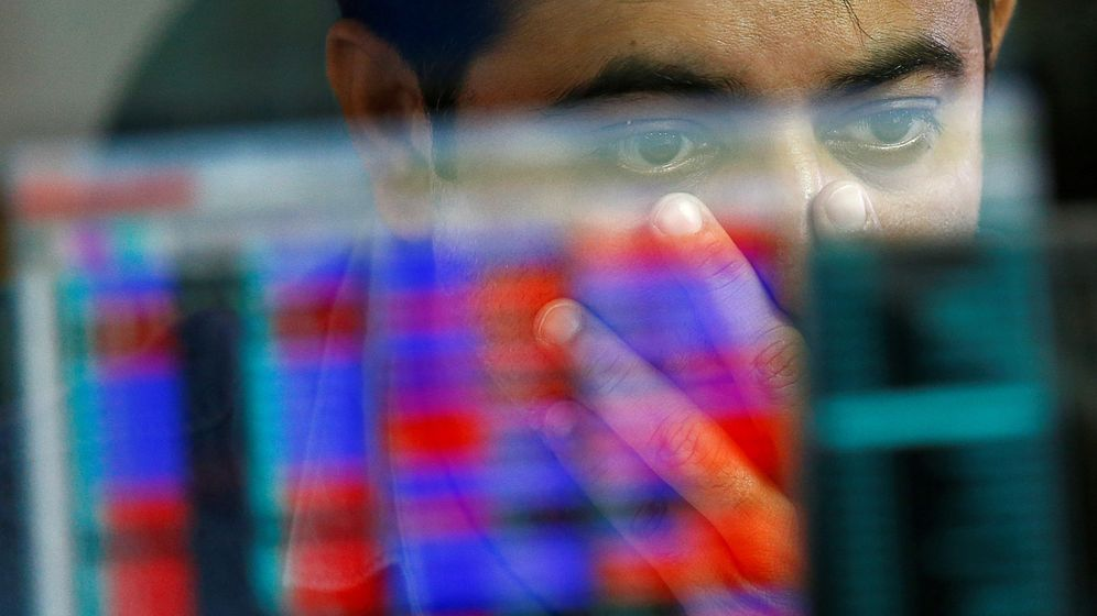 Foto: Inversor mirando las pantallas