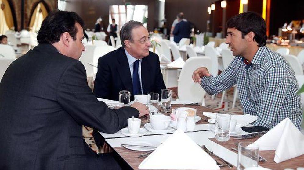 Foto: Raúl, con Florentino y José Ángel Sánchez, en Qatar. (Real Madrid - Helios de la Rubia)