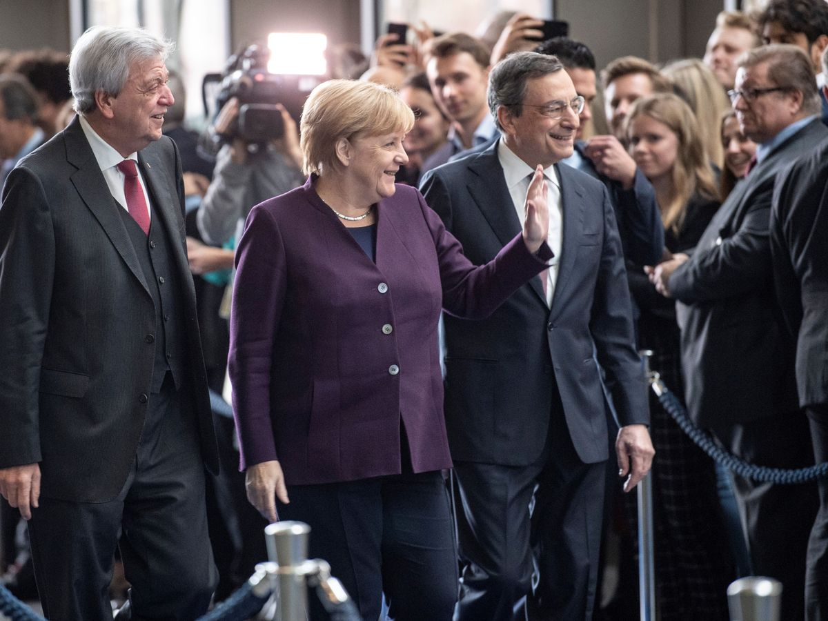 Foto: La canciller Merkel, junto a Mario Draghi en su despedida como presidente del BCE. (Reuters)