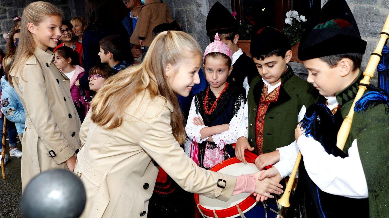 La princesa Leonor y la infanta Sofía, en Asturias. (EFE)