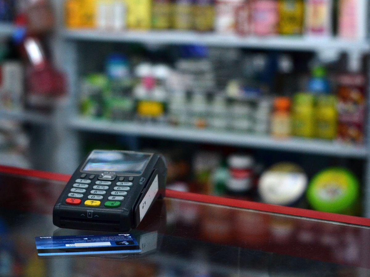 Foto: Tarjeta de crédito y datáfono en una tienda. (EFE)