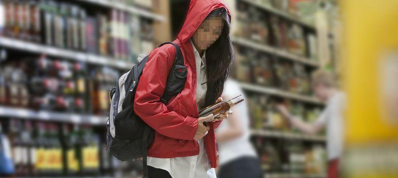 Foto: Una joven roba una botella de alcohol, uno de los productos más deseados por los ladrones. (Euromonitor)