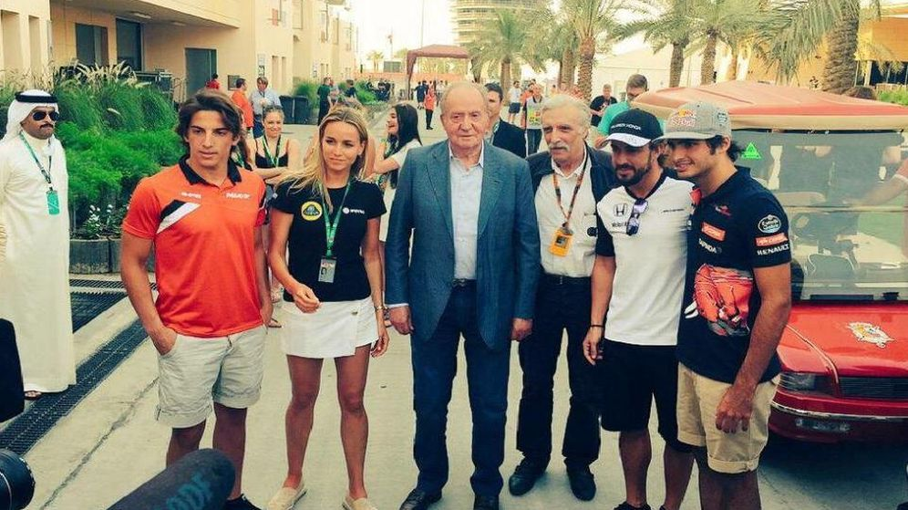 Foto: Don Juan Carlos y los pilotos automáticos en Bahréin (EFE)