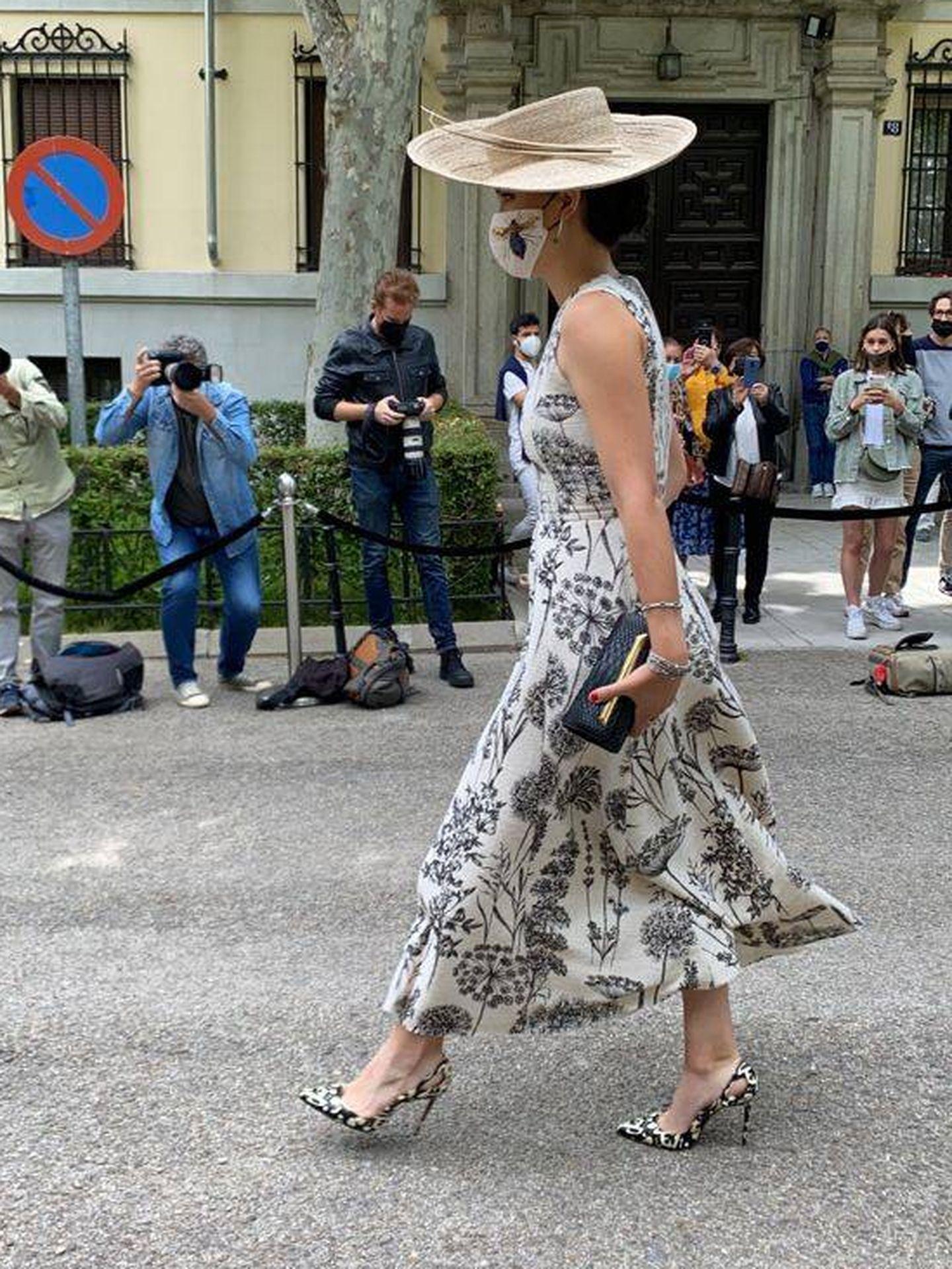 Bárbara Mirjan llegando al Palacio de Liria con su look de boda. (Vanitatis)