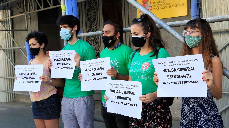 Miembros del Sindicato de Estudiantes llaman a la huelga por la falta de medidas en la vuelta clase. (EFE)