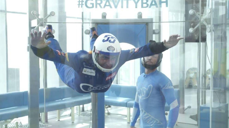Minigolf, paracaidismo o bolos: así es la vida de Carlos Sainz fuera de los circuitos