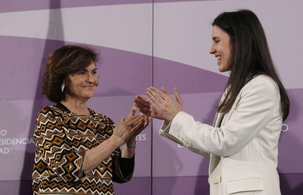 Foto: Irene Montero, ministra de Igualdad, recibe la cartera de manos de la vicepresidenta primera, Carmen Calvo, el pasado 13 de enero en Madrid. (EFE)