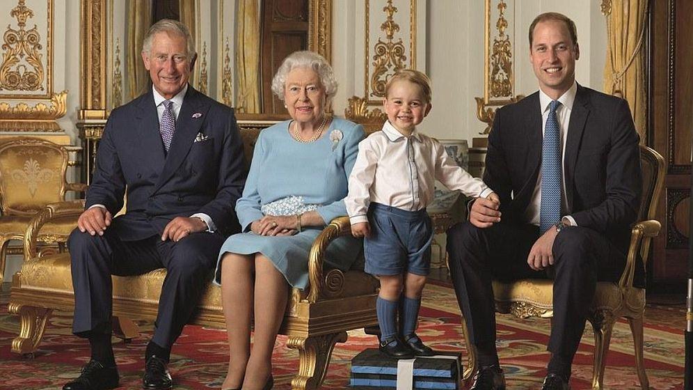 Foto: La reina Isabel II posa junto a sus tres herederos: Carlos, Guillermo y George