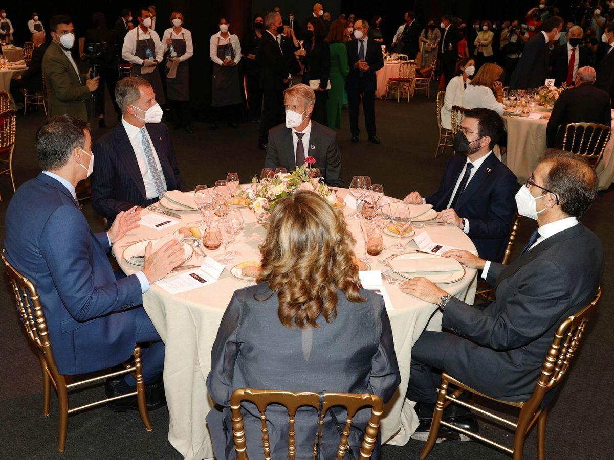 Foto: El Rey, Sánchez y Aragonès en el MWC. (EFE)