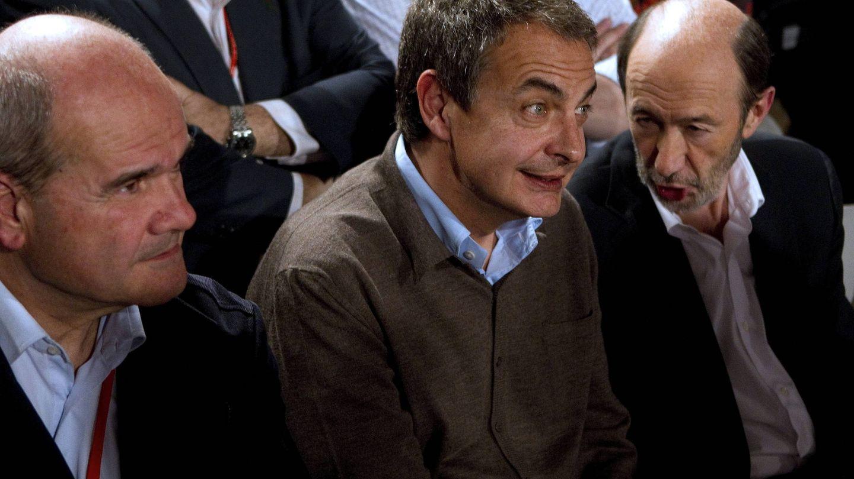 Rubalcaba (d), Zapatero (c) y Chaves (i), en el 38º Congreso del PSOE. (EFE)