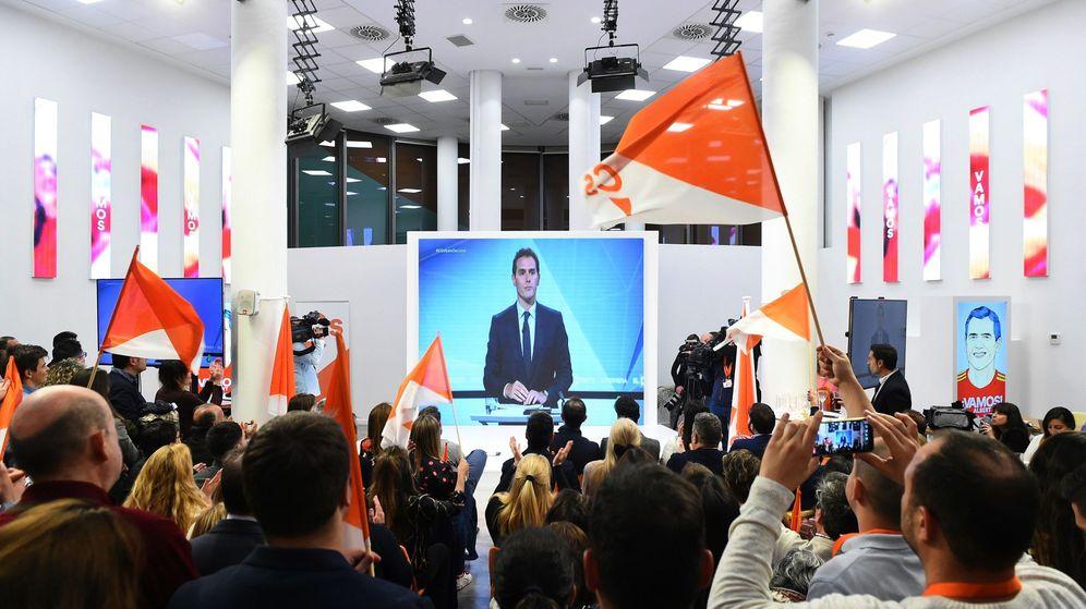 Foto: Decenas de simpatizantes realizan el seguimiento del debate electoral desde la sede de Ciudadanos. (EFE)
