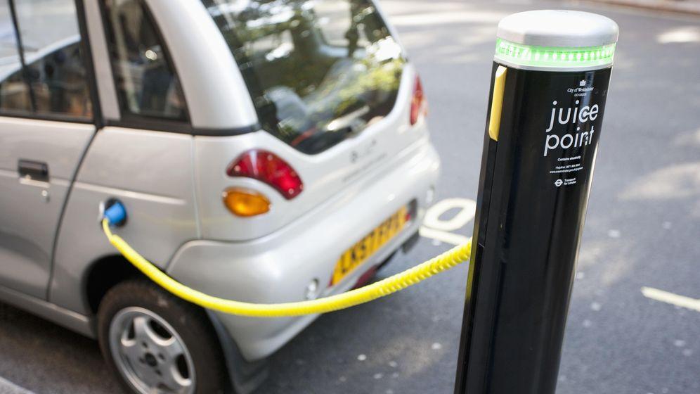 Foto: Un coche eléctrico carga su batería en Londres. (Corbis)