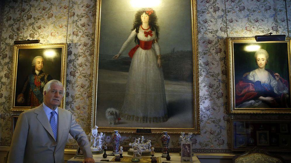 Foto: Carlos Fitz-James Stuart Martínez de Irujo, XIX duque de Alba, junto al retrato de la Duquesa de Alba. (EFE)