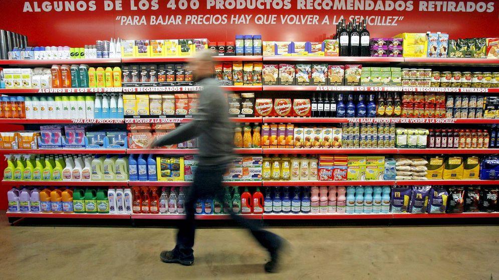 Foto: Un hombre camina en un pasillo de Mercadona. (EFE/Manuel Bruque)